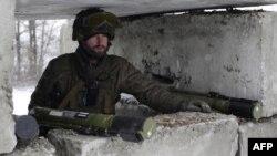 Український військовий на блокпості у Світлодарську