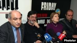 «Ժողովրդական հեռուստատեսություն» հիմնադրամի հոգաբարձուների խորհրդի անդամները լրագրողների հետ հանդիպմանը: 6-ը դեկտեմբերի, 2010թ.