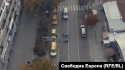 """Стоянката на такситата на бул. """"Гоце Делчев"""" до пазара """"Красно село"""", където според проектанти можеше да бъде направена автобусната спирка в посока жк """"Овче купел"""""""