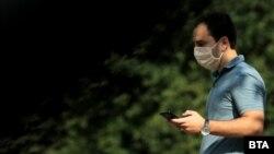 Илустрација - Граѓанин со заштитна маска за лице