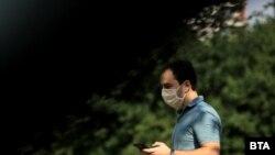 Носенето на маски на закрити обществени места е задължително в България