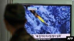 Жанубий кореяликлар Шимолий Кореянинг ракета парвозини телевидение орқали томоша қилдилар.