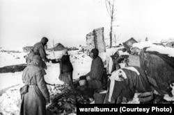 Жители разбомбленного Сталинграда