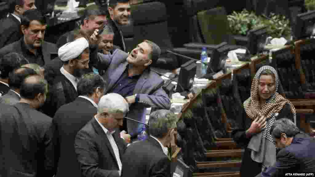 ИРАН / ЕУ - Ирански пратеник си прави селфи со шефицата на дипломатијата на ЕУ, Федерика Могерини во позадина, во иранскиот парламент. ЕУ соопшти дека донела одлука да ги продолжи санкциите против Иран за уште една година. Според соопштението, мерките ќе бидат продолжени до 19 април наредната година како одговор на како што наведуваат, сериозните прекршувања на човековите права во Иран.