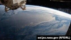 Жер шарынын бир бөлүгүнүн космостон тартылган сүрөтү.