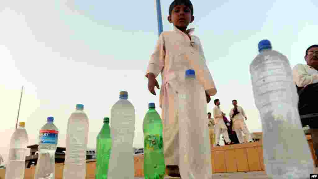 A Pakistani child sells beverages on a beach in Karachi on the eve of UN World Water Day on March 21. (AFP/Rizwan Tabassum)