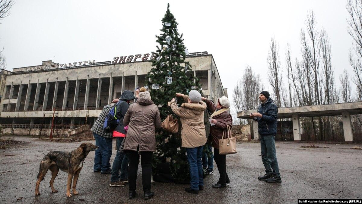 Впервые за 33 года в отселенном городе Припять установили новогоднюю елку – фотогалерея