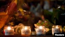 Свечи памяти троих погибших при взрывах в Бостоне и полицейского, убитого подозреваемыми