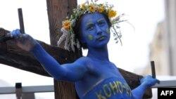 Акция протеста украинской оппозиции: распятая девушка символизирует конституцию страны