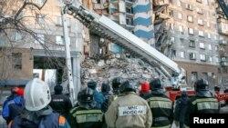 Спасителни екипи търсят оцелели под руините