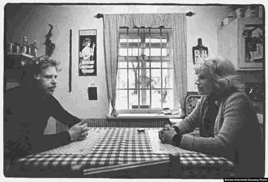 Havel și prima sa soție, Olga, la Hradecek în 1974. Olga, care a murit în 1996, a fost și ea o disidentă și semnatară a Cartei 77.
