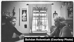 ვაცლავ ჰაველი და მისი მეუღლე ოლგა აგარაკზე (1974 წელი)
