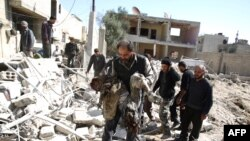 На месте бомбардировки работают сотрудники Красного Креста (Дума, Сирия, 26 февраля 2016 года)
