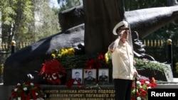 Памятник погибшим морякам подводной лодки «Курск», архивное фото