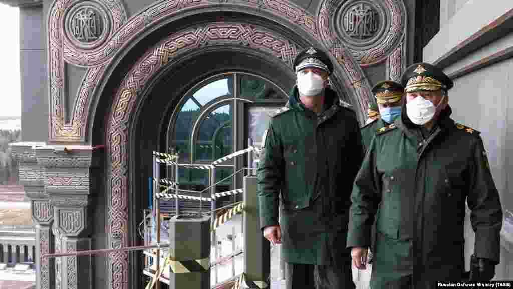 Руският министър на отбраната Сергей Шойгу (вдясно) посещава строежа на 22 април 2020 г. В декоративните елементи над свода на арката са вплетени две дати. Те бележат началото и края на един период, който руснаците наричат Велика отечествена война, започнала с нападението на нацистка Германия над СССР през 1941 г. и завършила с разгрома на Германия в Европа през 1945 г.
