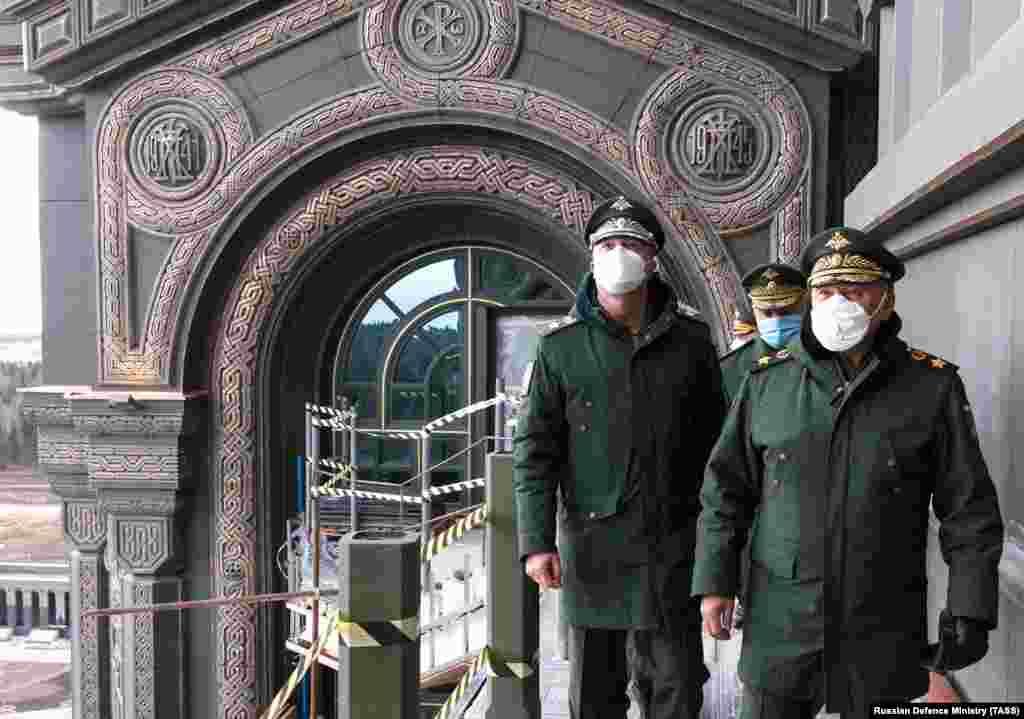 Ministrul apărării rus, Serghei Shoigu (dreapta), a vizitat catedrala pe 22 aprilie. Relieful decorativ din fundal marchează începutul și sfârșitul a ceea ce rușii numesc Marele Război Patriotic, care a început pentru sovietici în 1941, cu invazia nazistă a URSS și s-a încheiat odată cu înfrângerea Germaniei în 1945.