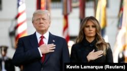 Президент США Дональд Трамп и первая леди Мелания Трамп во время минуты молчания в память о жертвах терактов. Вашингтон, 11 сентября 2017 года.