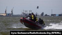 Спасатели патрулируют акваторию Азовского моря