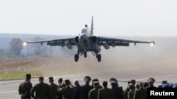 Беларускі Су-25 падымаецца ў паветра з шашы, верасень 2015