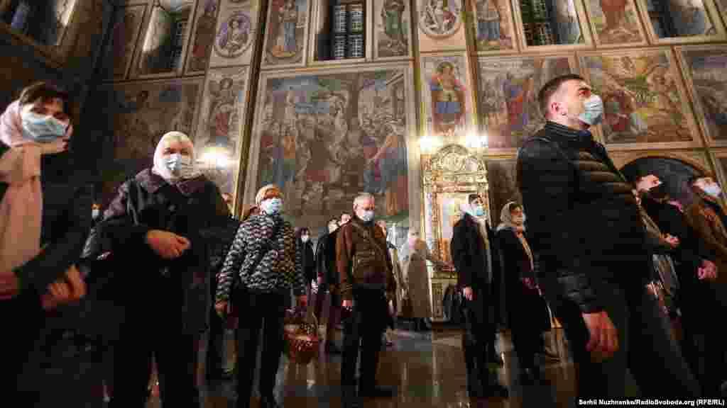 Під час Великодньоїслужби в Михайлівському Золотоверхому соборі люди були в масках і в більшості випадків дотримувались дистанції