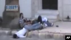 لقطات من فيديو تظهر متظاهرين سوريين سقطوا برصاص قوات الأمن في حمص