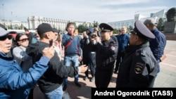 Сотрудники полиции и участники несогласованной акции протестов против результатов выборов мэра Улан-Удэ