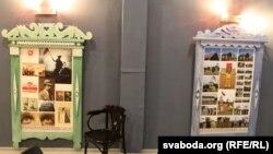 Ліштва, прысьвечаная БНР, — зьлева, справа — ліштва пра пэрфоманс Алеся Пушкіна на Дзень Волі ў Бабры ў 2017 годзе