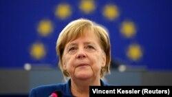 Меркель продовжує очолювати рейтинг
