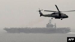 Гелікоптер летить повз авіаносець «Гаррі Трумен» (ілюстраційне фото)