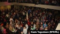 """Прихожане церкви """"Новая жизнь"""" исполняют церковный гимн. Алматы, 28 января 2013 года."""