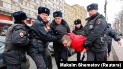 Задержание одного из участников акции в защиту политзаключенных в Москве. 10 февраля 2019 года