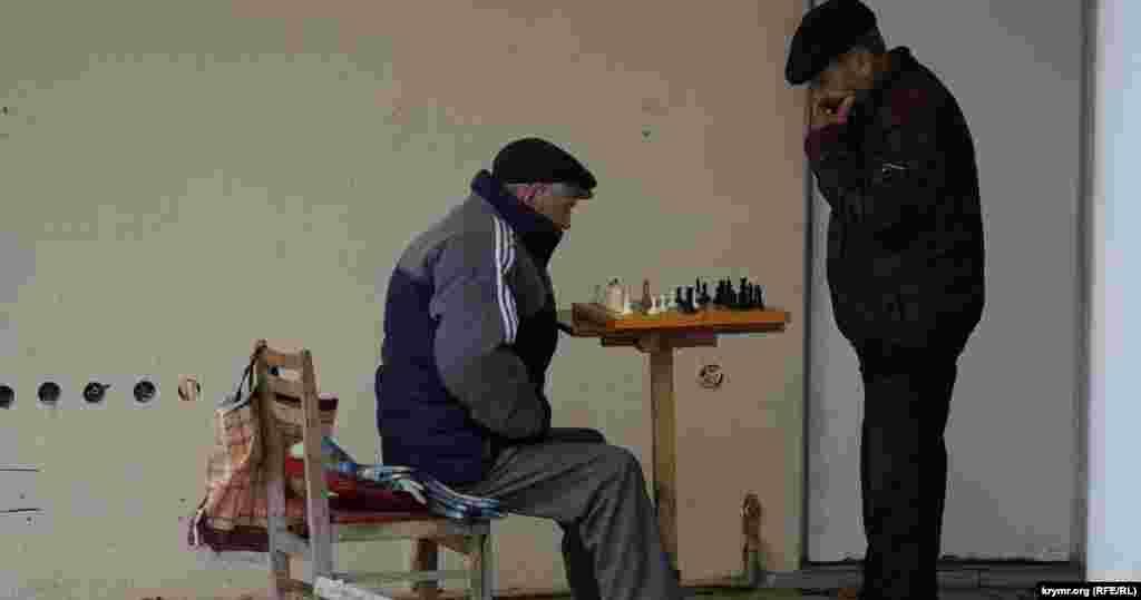 Любителі шахів під навісом на вулиці Революції