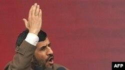 محمود احمدی نژاد می گوید که دانشمندان ايران پيشرفت خوبی در زمينه هوا فضا داشته اند و قرار است دو کاوشگر ديگر به فضا پرتاب شود.