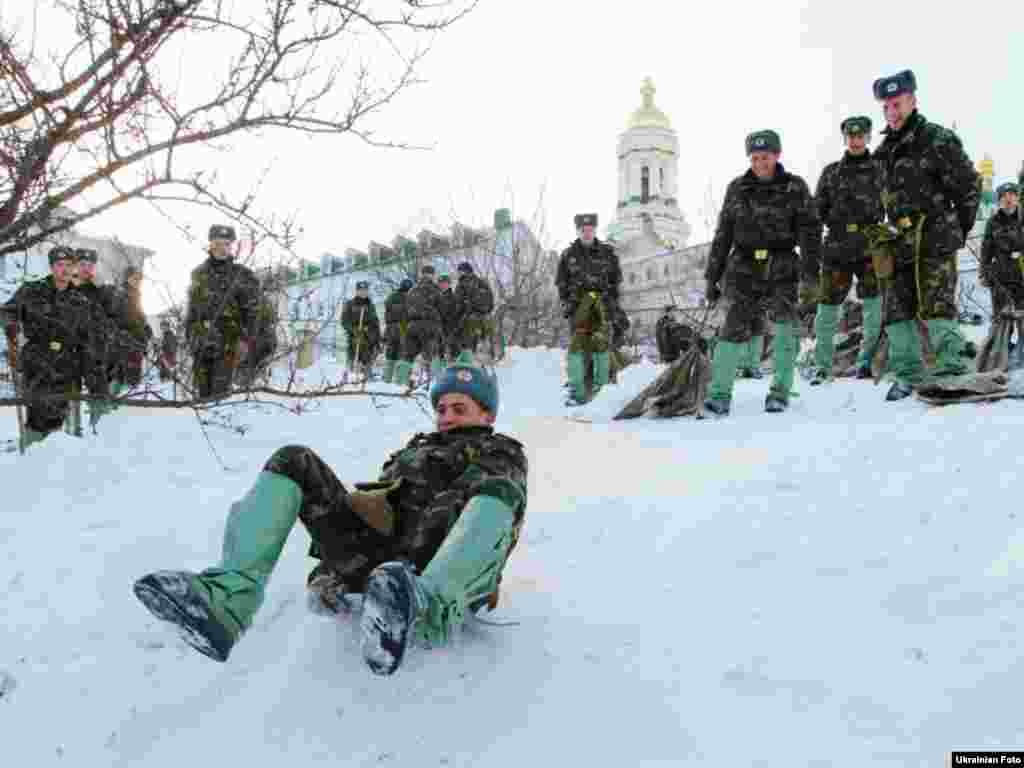 На розчищення снігу на території Києво-Печерської лаври перекинули 300 солдатів, 29 березня 2013 року.