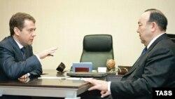 Муртаза Рахимов (справа) и Дмитрий Медведев. У президента Башкирии сейчас сложные отношения с Кремлем
