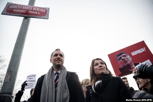 Мэр Праги Зденек Гржиб и дочь Бориса Немцова Жанна во время смены таблички на площади у посольства России в Праге. 27 февраля 2020 года