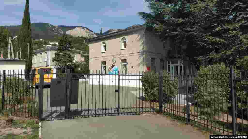 Комплекс школа-сад в Запрудном расположен в старых зданиях, местные жители говорят, что раньше это была мечеть. На стене школы до сих пор висит плакат к 9 мая