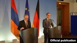 Главы МИД Армении и Германии - Зограб Мнацаканян (слева) и Хайко Маас