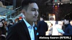 Один из зрителей пресс-показа «Шлагбаума» актер Дидар Каден. Алматы. 6 октября 2015 года.