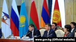 Олег Панкратов жана Сооронбай Жээнбеков ЕАЭБ саммитинде, 7-март, 2017