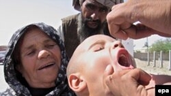 A Pakistani health worker gives a polio vaccination to a child. (file photo)