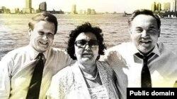 АҚШ кәсіпкері Джеймс Гиффен (сол жақта) мен Қазақстан президенті Нұрсұлтан Назарбаев әйелі Сарамен.