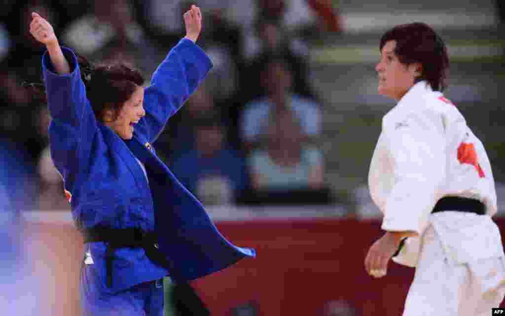 Ромі Тарангул (Німеччина) в синій формі радіє своїй перемозі. дзюдо