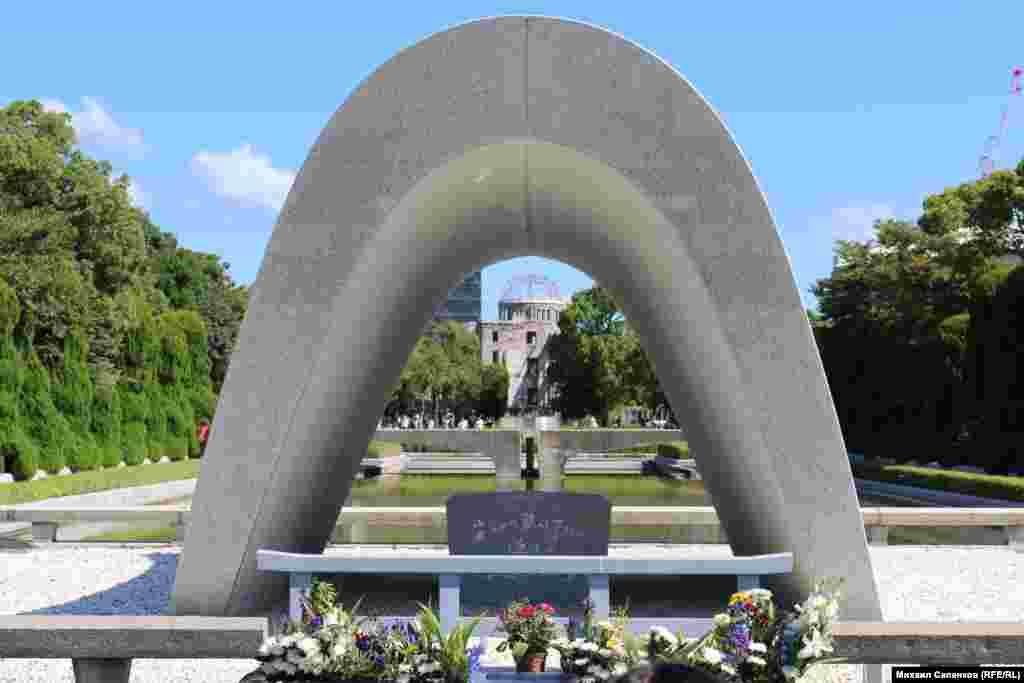 Кенотаф в Мемориальном парке мира, Хиросима.
