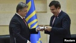 Президент України Петро Порошенко і голова Одеської ОДА Міхеїл Саакашвілі