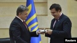 В 2015 году Саакашвил получил украинский паспорт из рук президента Порошенко, за это его лишили гражданства Грузии