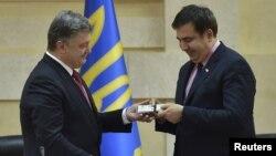 Порошенко (слева) вручает Саакашвили удостоверение губернатора Одесской области, май 2015 г.