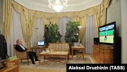 Президент России Владимир Путин в своем рабочем кабинете в Ново-Огарево во время трансляции выступлений российских дзюдоистов на Паралимпийских играх в Лондоне, сентябрь, 2012 года. Иллюстрационное фото