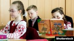 Українські школярі читають підручники на уроці в Києві. Лютий 2019