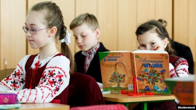 Учні під час уроку в одній зі шкіл у Києві, 18 лютого 2019 року